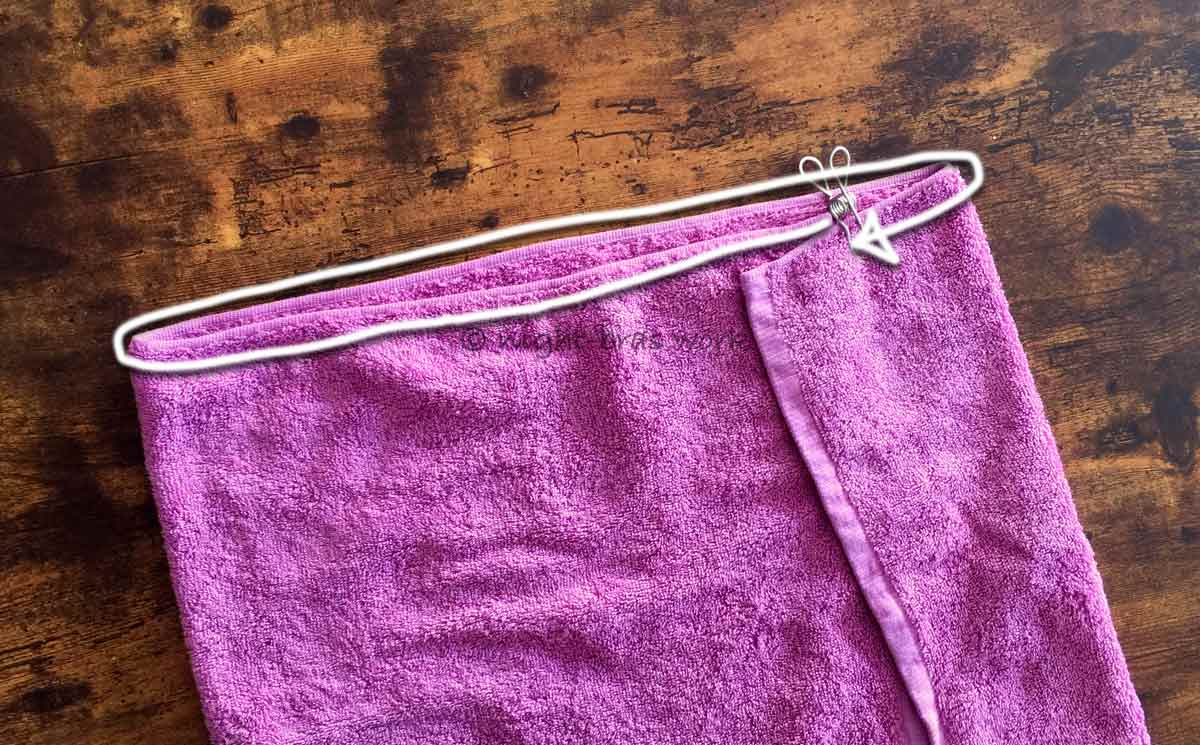 バスタオルの端を使ってバストを測る