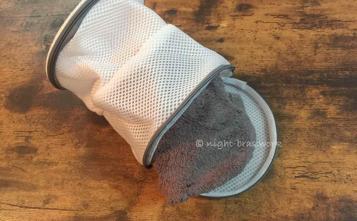 ふんわりルームブラをタオルに包んで洗濯ネットに入れる